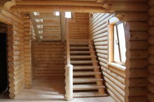 Лестница в доме из оцилиндрованного бруса